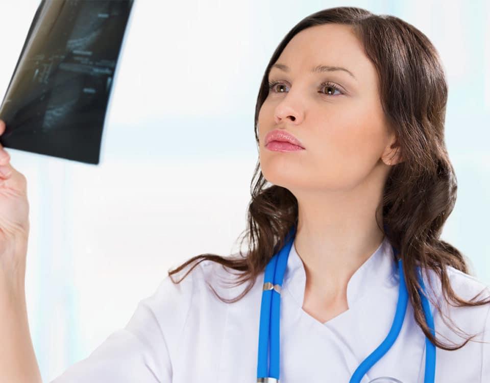 Ärztin mit Ultraschallbild