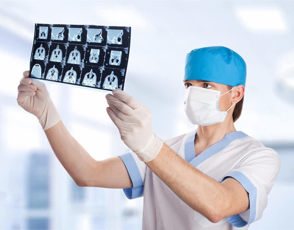 Chirurg mit Roentgenbild