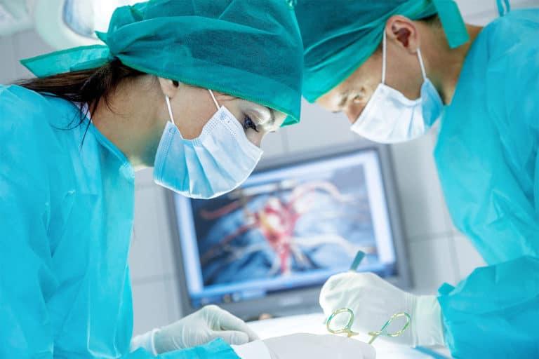 Chirurgen beim Operieren