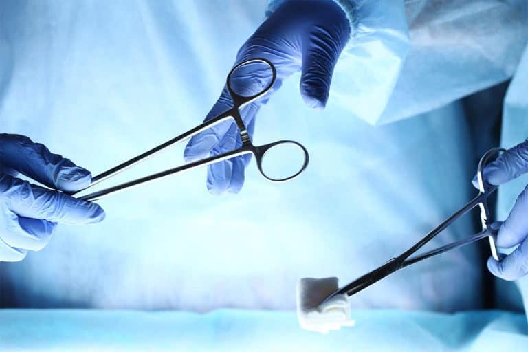 Chirurgen mit OP-Besteck