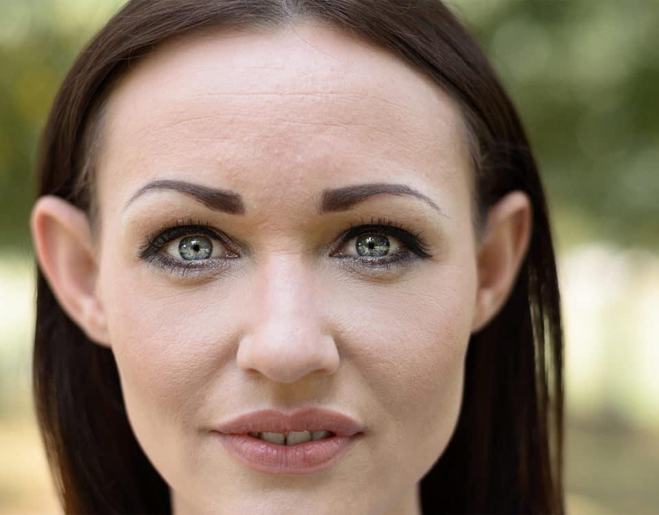 Frau mit abstehenden Ohren