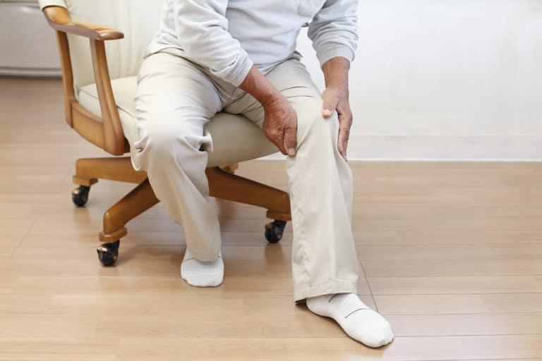 Mann mit Knieproblemen