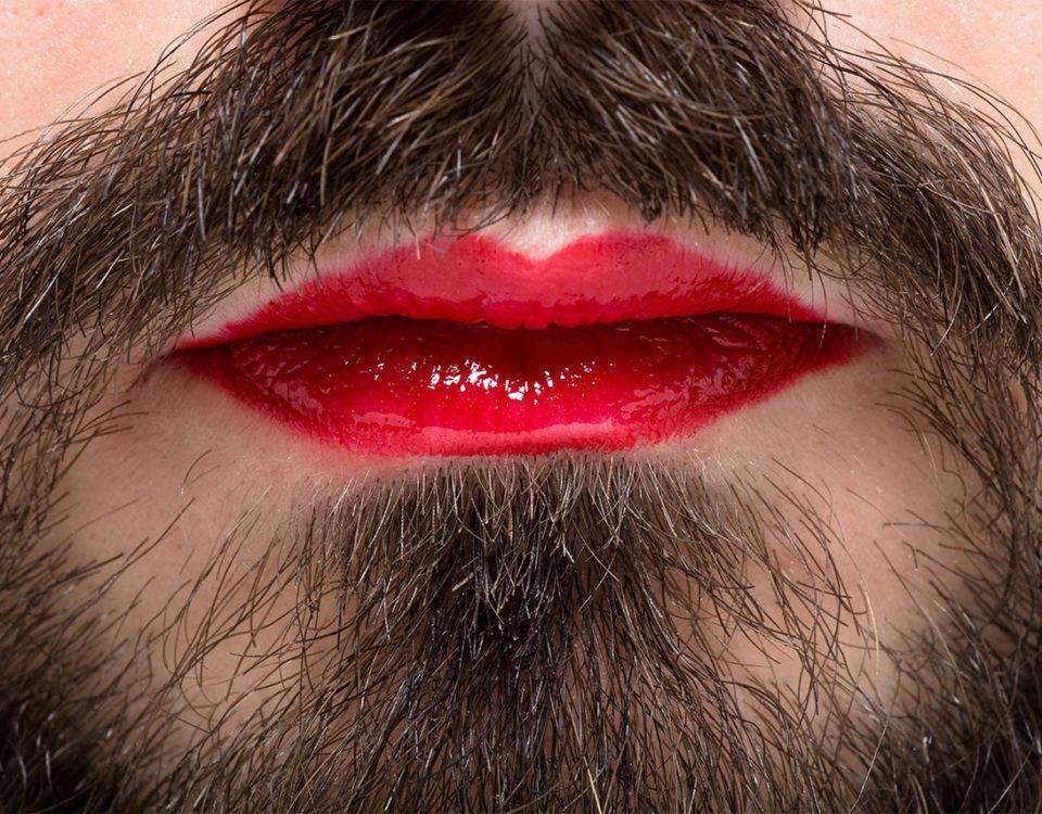 Mann mit Lippenstift